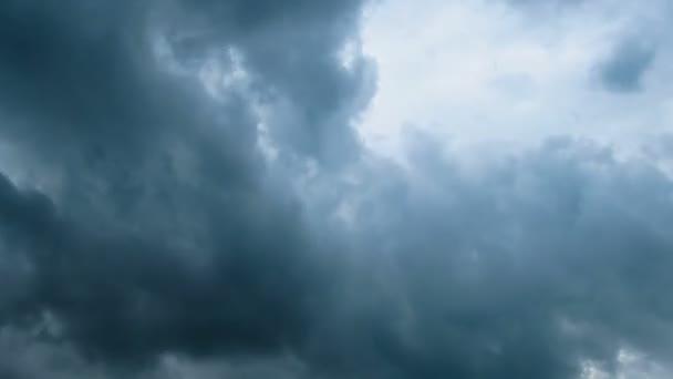 Nubes de tormenta moviéndose por el cielo azul. — Vídeo de stock