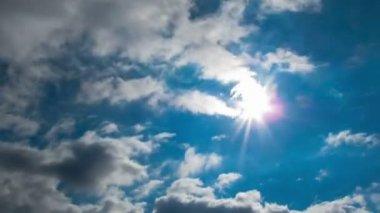 Nuvole che si muovono nel cielo blu sullo sfondo del sole luminoso. — Video Stock