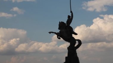 Timelaps Cossacks monument on the background of running clouds — Stock Video