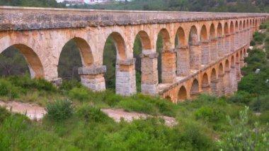 Roman aqueduct crosses a canyon — Stock Video