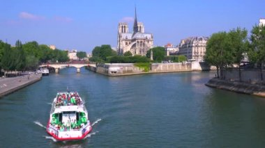 Riverboat travels on the Seine — Stock Video