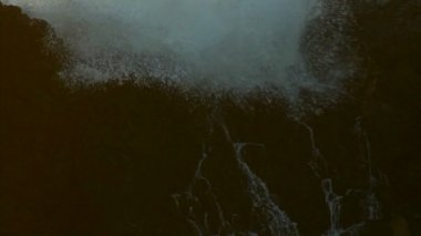 Waves crashing against the rocks — Stock Video