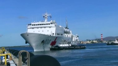 Ship leaving dock — Stock Video