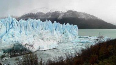 Glacier massive avec des montagnes — Vidéo
