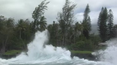 Storm batters Hawaii with waves — Stock Video
