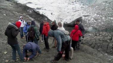 Explorers move across a glacier — Stock Video