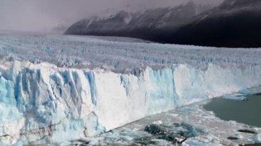 Glacier position contre des montagnes escarpées — Vidéo