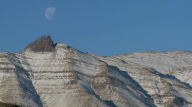 Luna se levanta sobre las montañas — Vídeo de Stock