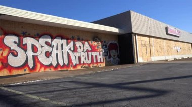 Graffiti on a boarded up and looted market — Stock Video