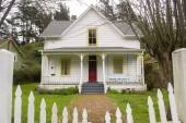 Quaint White House in Northern California — Stock Photo