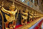 Garuda and Naga - symbolic sculpture of the Hindu and Buddhist tradition — Stock Photo