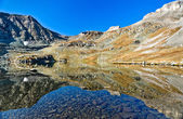 Mountain lake with reflection like in the mirror — Stock fotografie