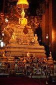 Buda altın oturan heykelinin Budist tapınağı. Wat Pho, Bangkok, — Stok fotoğraf