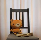 Spielzeug-Bär liest das Buch — Stockfoto