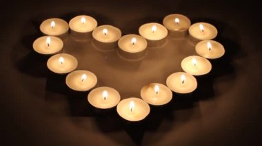 Blazing candles arranged in a heart shape — Stockvideo