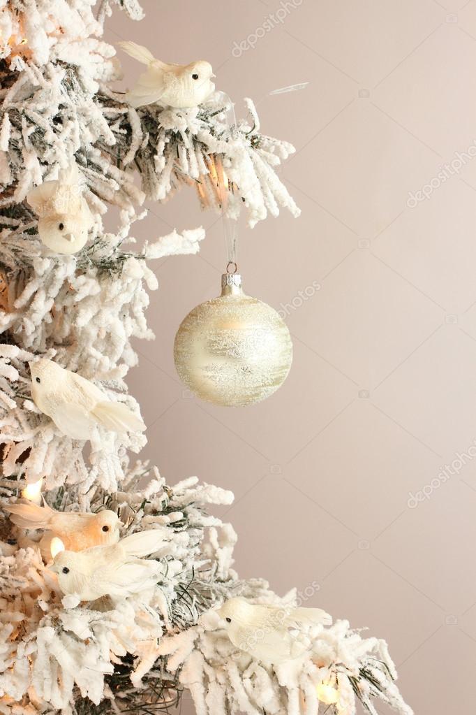 decoracin de rbol de navidad pjaros blancos y bola de plata en abeto nevado sobre fondo gris claro u imagen de stock