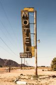 Motel sign in desert — Stock Photo
