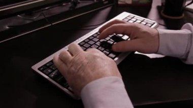 Alter Mann über Tastatur eingeben — Stockvideo