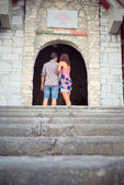 Loving couple pauses to remember the victims of the war in front of a mausoleum on the Gothic Line, the Apuan Alps in Italy — Stockfoto