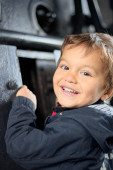 Child plays curiously observing the inside of the boiler of old steam locomotive FS940 recently restored — Stock Photo