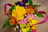 Krásné světlé kytice v košíku — Stock fotografie