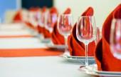 红色和白色的餐桌,用空杯子在餐厅 — 图库照片