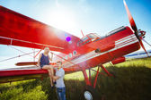 Stylish couple standing near a plane at the airport. honeymoon — Stock Photo
