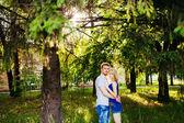 Casal feliz relaxante no parque. — Fotografia Stock