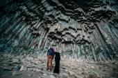 Junges paar auf dem Hintergrund der Felsen. — Stockfoto