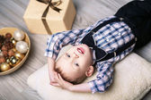 Little boy in Christmas decorations expect a miracle — Foto de Stock
