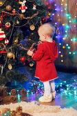 Little girl decorates the Christmas tree — Fotografia Stock