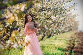 Portrait of a young beautiful girl in pink dress — Stock fotografie