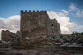 Abandoned castle with battlements and sky with large clouds — Stock Photo