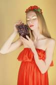 Summer girl with grapes — Stockfoto