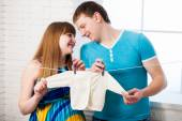 Schöne junge paar erwartet baby — Stockfoto