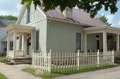 Corner Picket Fence with Small Stucco Cottage — Stock Photo