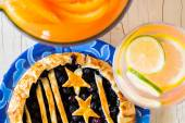 Черничный пирог и лимонад. — Стоковое фото