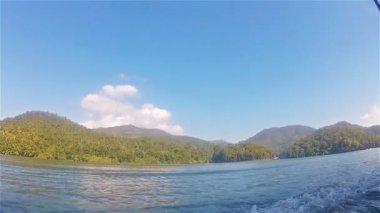 Mae Ngat Somboon Chon3 bir motorlu tekne yelken — Stok video