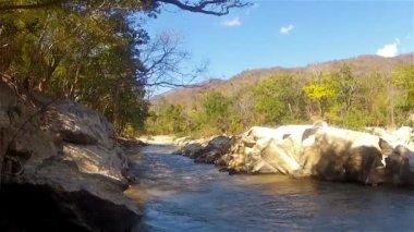 Bir dağ river2 tüp — Stok video
