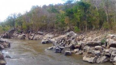 Dağ nehir Mae Chaem — Stok video