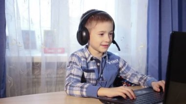 Baby talking on the internet, the boy talks to friends on the computer, video — Stock Video