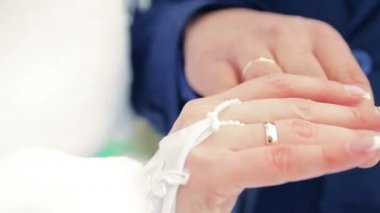 Hands closeup couple bride groom hold the ring for a wedding video — Stock Video
