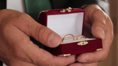 Wedding rings close-up hands of wedding rings as a symbol of fidelity and love wedding video — Stok video