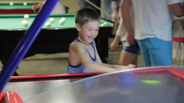 Child playing air hockey, joy and emotion, 1080p HD video — Stock Video