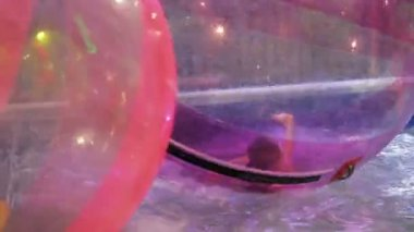 Child playing in the water at the attraction, HD 1080p — Stock Video