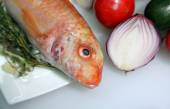 Fish with onion — Стоковое фото