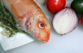 Fish with onion — Stockfoto