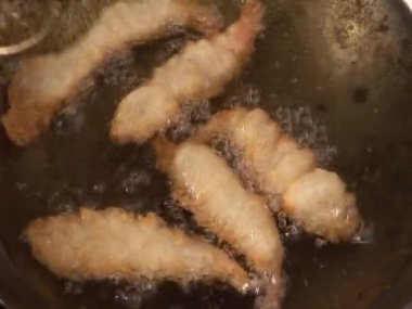 Taking deep-fried prawns out — Stock Video