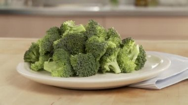 Broccoli florets on a plate — Stock Video