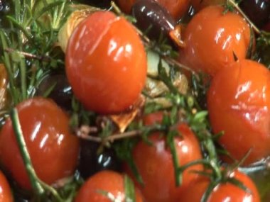 Frying tomatoes, garlic, olives and herbs — Stock Video